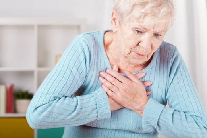 درد قفسه سینه میتواند یک نشانه برای سکته قلبی باشد