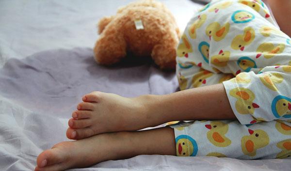 عرق کردن کف دست و پای کودک
